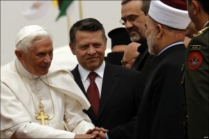 Pope Benedict greets muslim leaders in Amman (BBC photo)