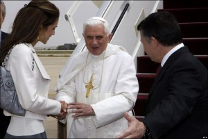 Their Majesties King Abdullah II and Queen Rania greet HH Pope Benedict XVI at the airport (BBC news photo)
