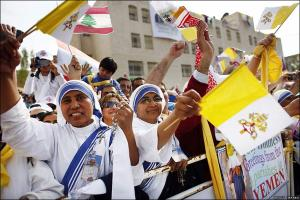 Happy onlookers greet Pope Benedict in Amman (BBC news photo)