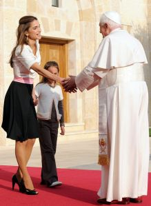 HM Queen Rania Greets Pope Benedict XVI at a royal Palace in Amman (ABC News Photo)