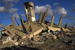 Gazan on a destroyed building (AFP photo)
